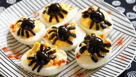 Le uova in una versione da brividi col ragno