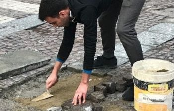 Vede una buca in strada e la ripara: «È la mia città» l'eroe è Luca 22 anni