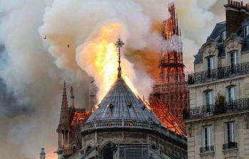 Notre-Dame a fuoco, Parigi sotto choc: «C'è chi piange, chi prega, chi si abbraccia»