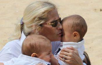 La famosa showgirl mentre allatta i suoi gemelli: la riconoscete?