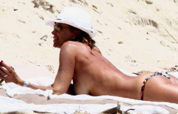 Inizia ufficialmente l'estate: Cristina Parodi si mette in topless