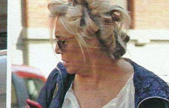 La riconoscete? Una showgirl amatissima, in giro per Roma con i bigodini