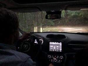 Il blogger collaudatore prova la jeep dalla ghiaia al pavè di montagna