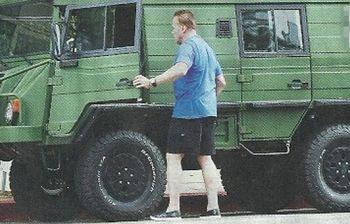 Schwarzenegger, ecologista per finta col fuoristrada militare a sei ruote