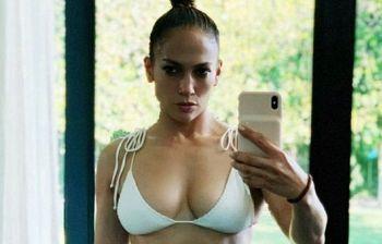 Jennifer Lopez, il sexy bikini a 50 anni fa discutere i fan: