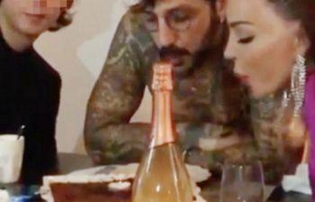 Fabrizio Corona festeggia con Nina e Carlos, ma i fan insorgono, perché...