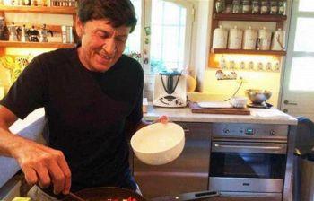 Gianni Morandi fa le pulizie di casa, ma i fan notano lo strano particolare
