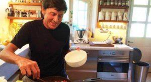 Gianni Morandi fa le pulizie di casa i fan notano lo strano particolare