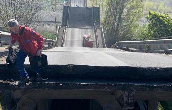 Crolla il ponte: l'autista si arrampica e salva da solo