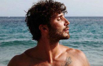 Stefano De Martino: c'è una bionda misteriosa al mare con lui