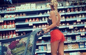 Ilary Blasi shopping in pantaloncini, e Totti: