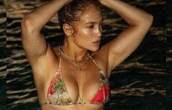 Jennifer Lopez, meravigliosa in bikini, 51 anni e non sentirli