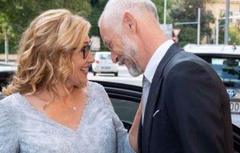 Nicoletta Mantovani sposa in azzurro ghiaccio, raggiante di felicità