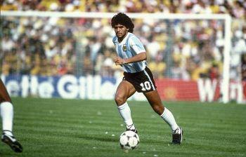 Maradona, luci ed ombre e la difficile memoria di un uomo troppo esaltato