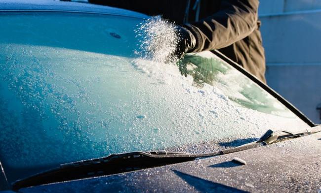 Come togliere il ghiaccio dal parabrezza senza danneggiare l'auto?