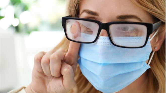 Con la mascherina si appannano gli occhiali: come fare?
