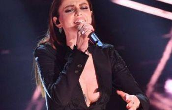"""Annalisa """"fuori di seno"""" sul palco dell'Ariston, fan impazziti..."""