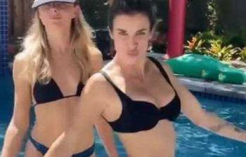 Elisabetta Canalis, splendida quarantenne, si scatena in piscina con...