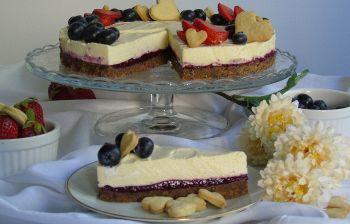 Perfetta d'estate: torta fredda di bavarese alla vaniglia e frutti di bosco