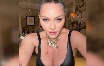 La foto glamour della 61enne regina del pop fa nascere un sospetto nei fan