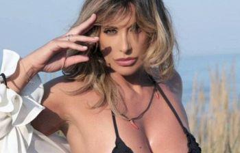 Sabrina Salerno, il sexy bikini a bordo piscina fa impazzire i fan