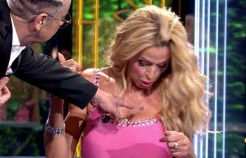 """Supervivientes, il conduttore mette a disagio Valeria Marini: """"Hai una verruca qui?�"""
