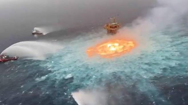 Incendio sott'acqua: ma come è possibile? Perché le fiamme non si spengono?