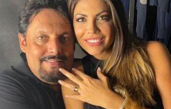 Flora sfoggia l'anello che Brignano le ha donato chiedendole di sposarlo