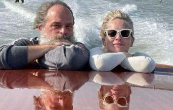 Sharon Stone si lascia fotografare in topless con grande naturalezza