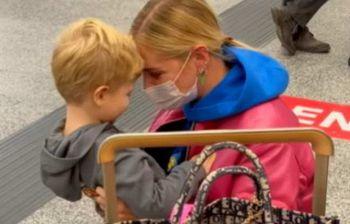 Chiara Ferragni, il video con Leone che la saluta all'aeroporto è irresistibile