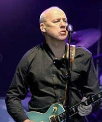 Mark Knopfler con la sua band in concerto