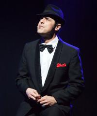 Greg sul palco con lo spettacolo musicale