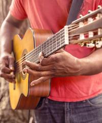 Il chitarrista genovese Beppe Gambetta in live con Mark Harris