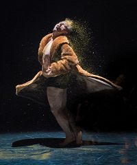 La star Olivier Dubois in scena con My body of coming forth by day