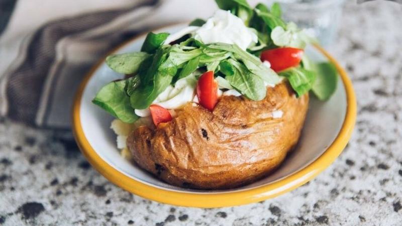 Milano: arriva il ristorante dedicato alle baked potatoes