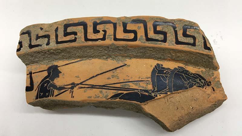 Coccio di vaso ritrovato a Paestum da volontari