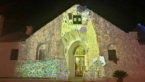 A cento anni dalla scomparsa, i quadri di Klimt colorano i trulli di Alberobello