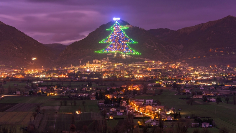Albero Di Natale Gubbio.L Albero Di Natale Di Gubbio E Il Piu Grande Al Mondo