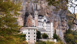 Le 5 chiese incastonate nella roccia più spettacolari