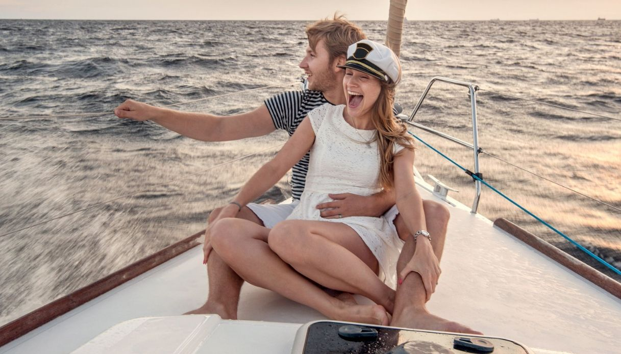coppia barca vacanza