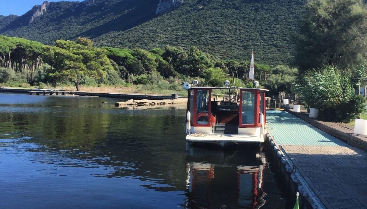 Il battello sul lago di Paola