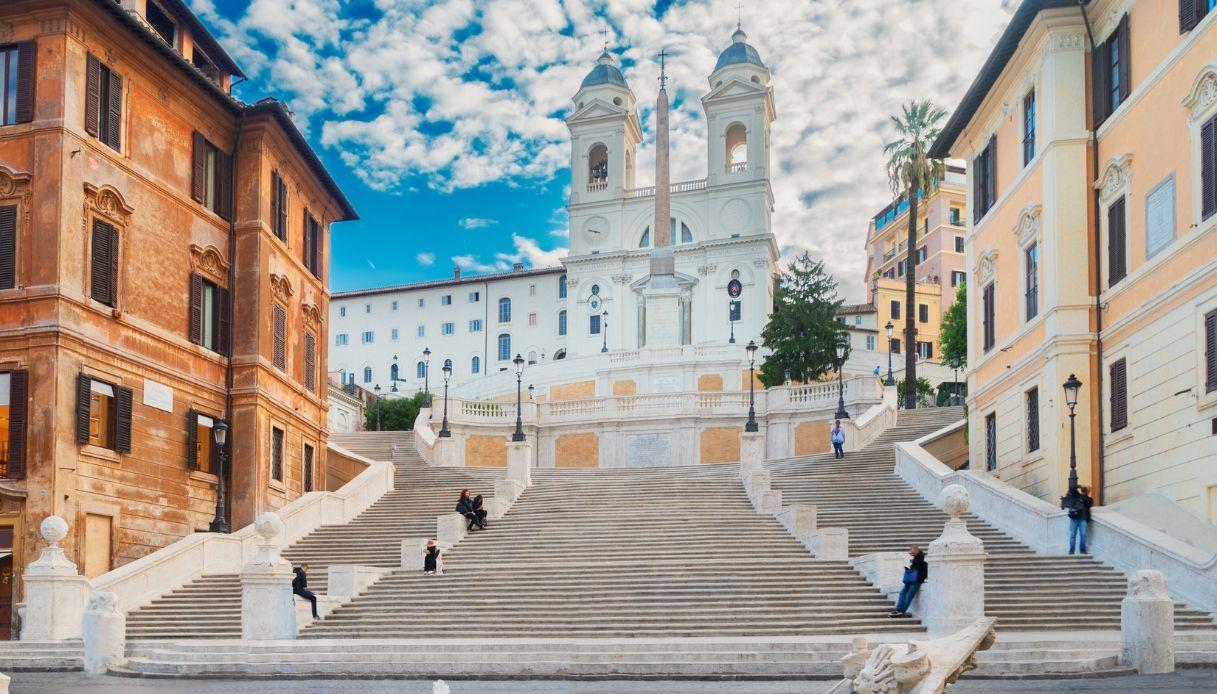 Sedersi sulla scalinata di Trinità dei Monti a Roma