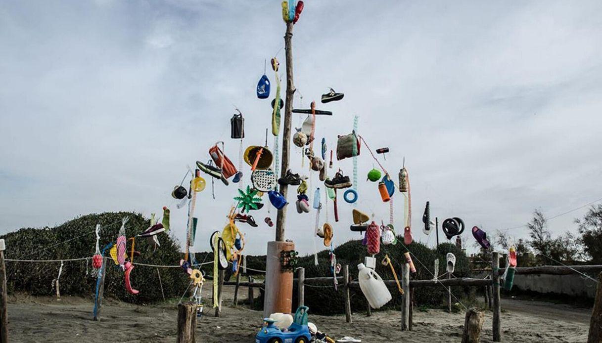 A Fiumicino l'albero di Natale si fa coi rifiuti trovati in mare