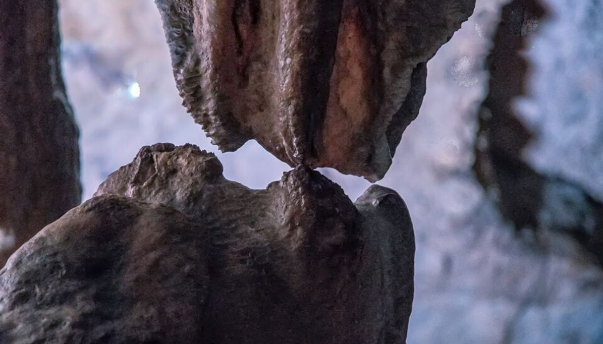 """Grotte di Pertosa-Auletta, """"bacio"""" tra stalattite e stalagmite"""