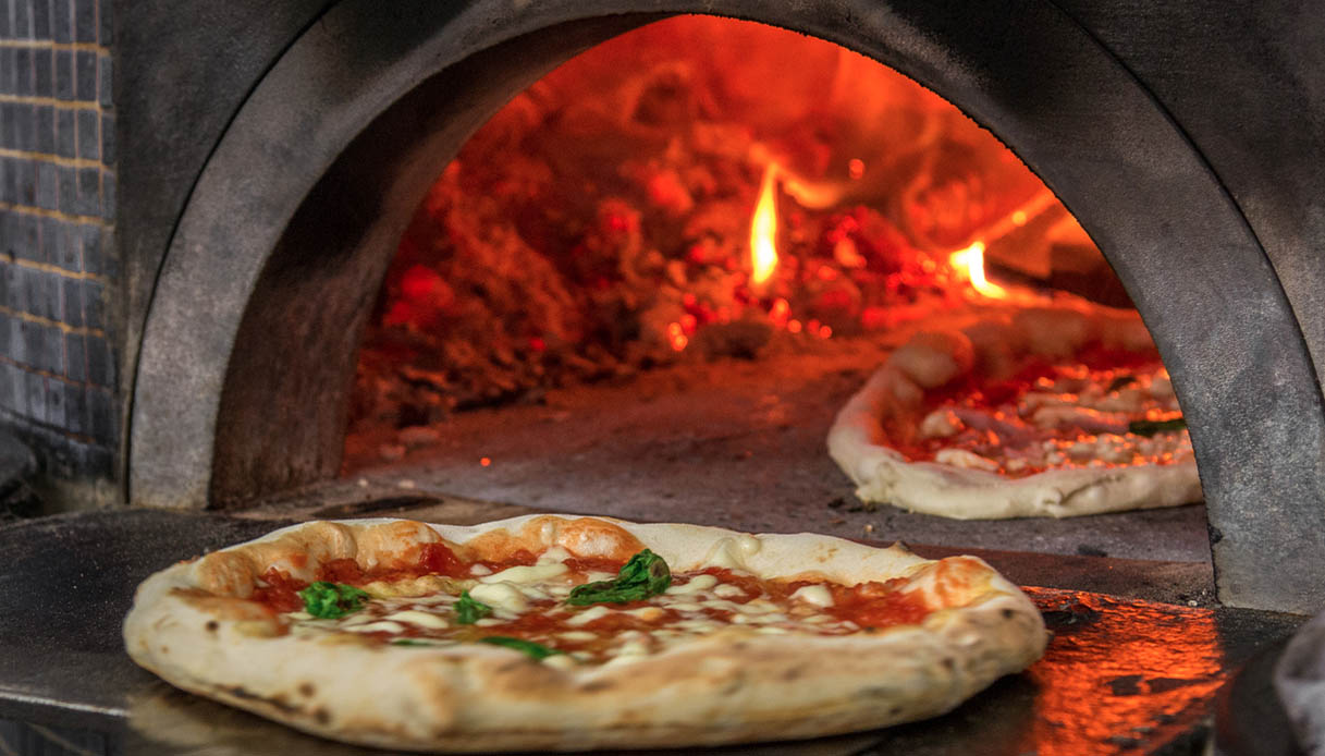 La pizzeria Da Michele compie 150 anni e festeggia con una mostra