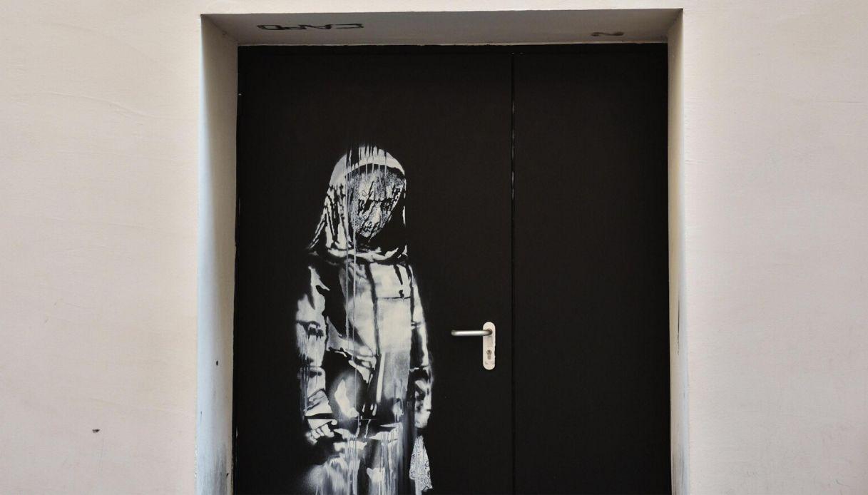 Trovata in Abruzzo la porta del Bataclan dipinta da Banksy rubata