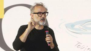 Chef Bottura contro il turismo di Rimini: esplode la polemica