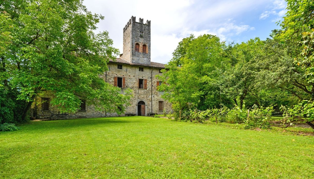 Parmense, castello da sogno del 1200 in vendita a 8 milioni