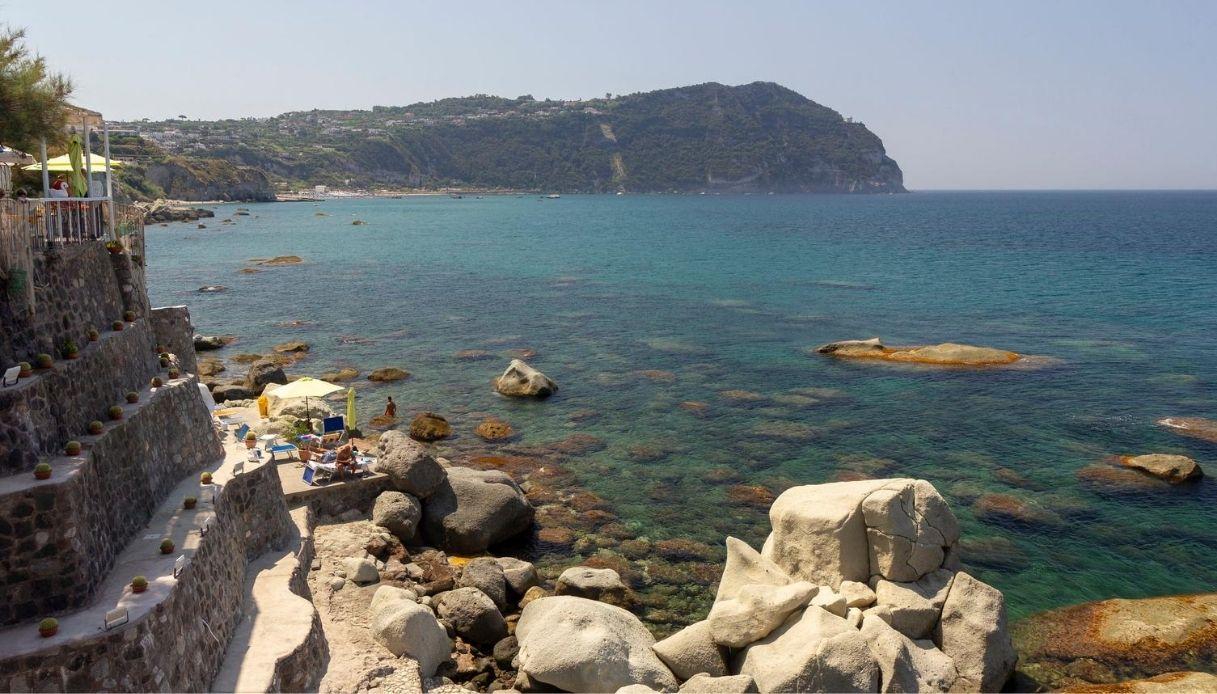 Ischia, cede il costone di Cava dell'Isola: paura tra i bagnanti