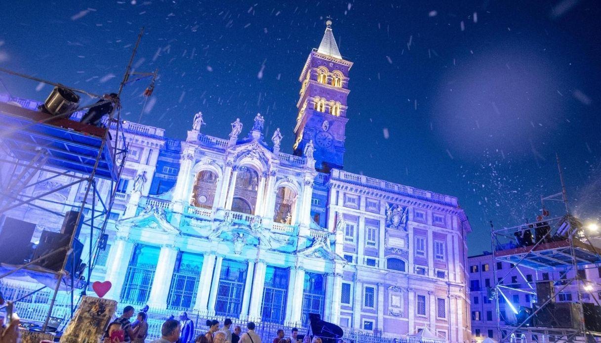 """Il """"miracolo"""" di Roma: nevica in pieno agosto, ogni anno"""